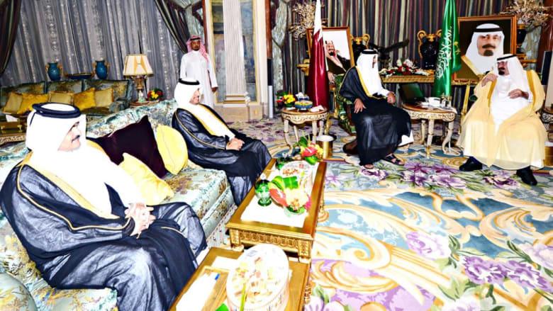 بالصور: ظهور العاهل السعودي في استقبال أمير قطر يدحض شائعات حالته الصحية