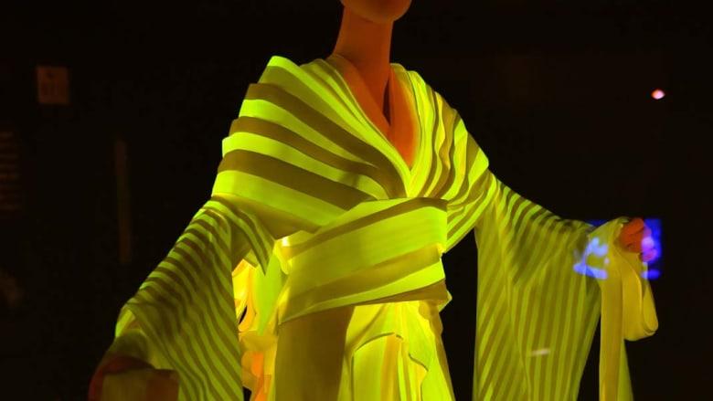 فستان من الحرير المضيء انتج بواسطة دود قز خاص باستخدام تقنية إعادة التركيب الجيني