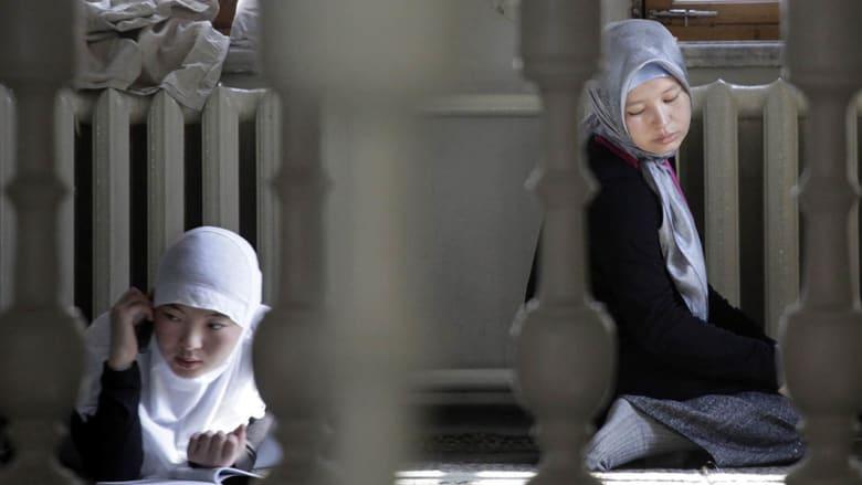صحف: حرب على الحجاب في روسيا والكبد الوبائي يفتك باللاجئين السوريين