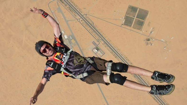 بطل نادر يعيش في دبي.. رغم شلله يطير ويدرّب المظليين
