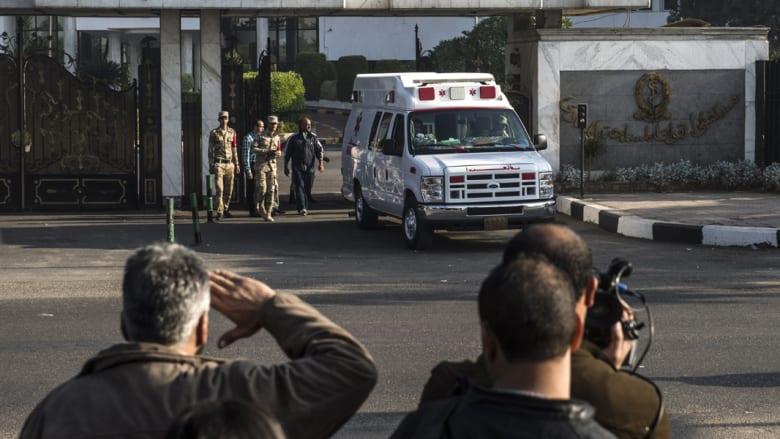 أنصار مبارك يؤدون التحية العسكرية له أثناء خروج سيارة الإسعاف من المستشفى
