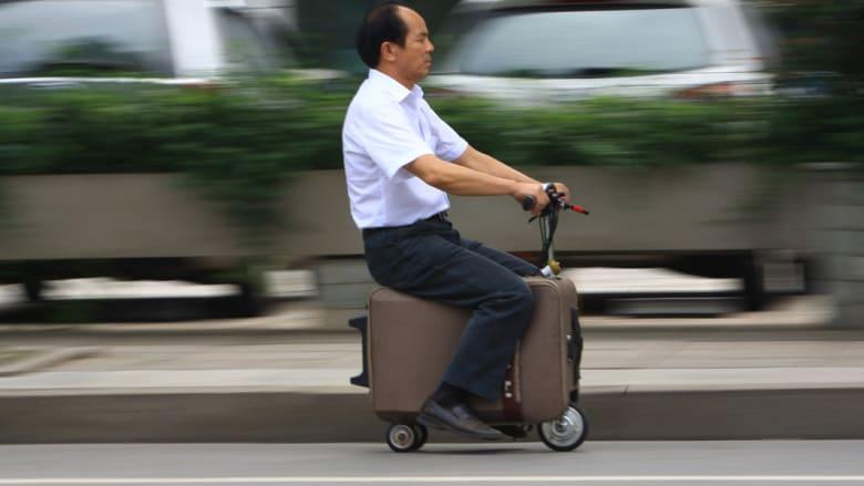 مزارع صيني يخترع دراجة موصولة بحقيبة للسفر