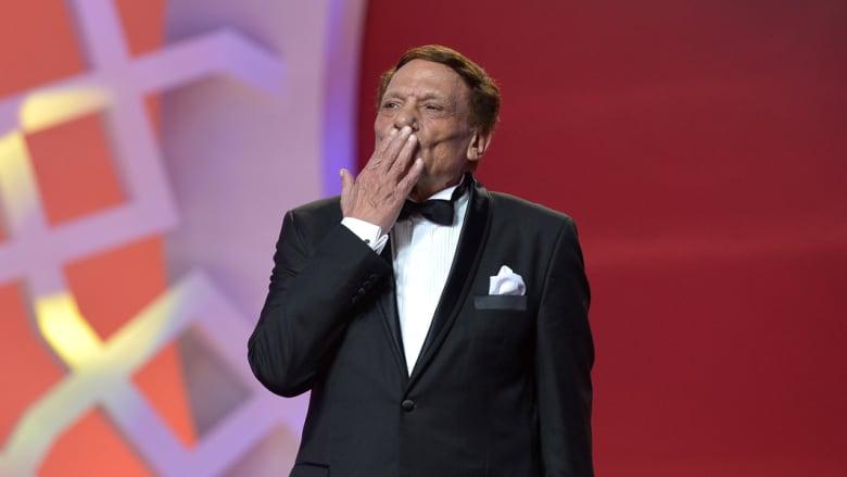 عادل إمام يصل الى خشبة المسرح خلال مراسم افتتاح مهرجان مراكش السينمائي الدولي