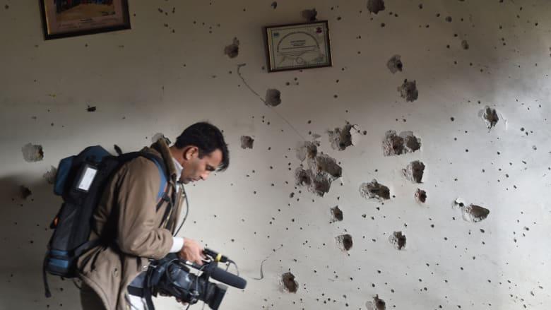 جدار داخل المدرسة وآثار طلقات الرصاص تظهر بوضوح عليه