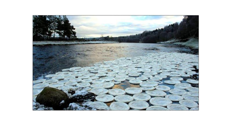 """العثور على أقراص """"بانكيك"""" جليدية في ظاهرة بنهر اسكوتلندي"""