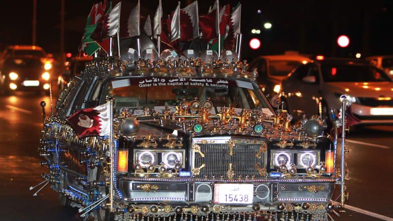 قطري يحتفل بتتويج منتخب بلاده بطلا لكأس الخليج للمنتخبات