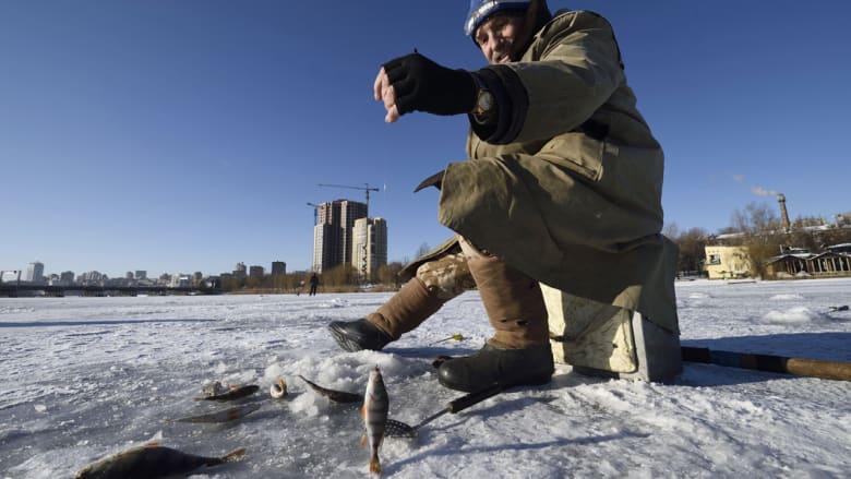 صياد في دونيتسك يصطاد السمك في بحيرة متجمدة