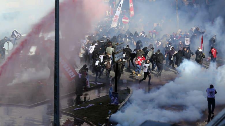 خرطوم مياه يسقط صحفية تركية وهي تغطي احتجاجا ضدّ إردوغان