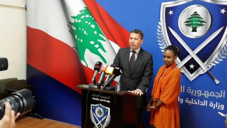بالصور..السفير البريطاني في لبنان يؤدي دور عاملة منزلية ليوم واحد