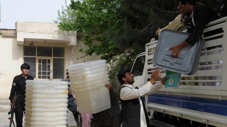الأفغان يدلون بأصواتهم في انتخابات تاريخية