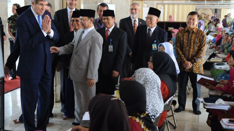 كيري يقرع طبول الصلاة لمسلمي إندونيسيا بأحد أكبر مساجد العالم