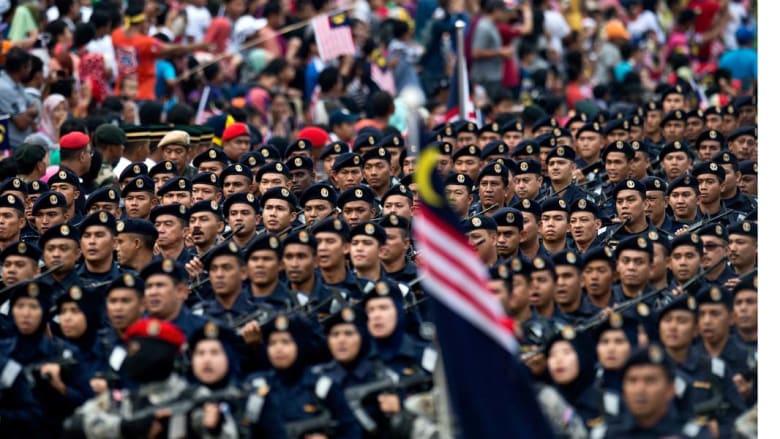 طابور من الجنود من الجنسين في عرض عسكري بكوالالمبور