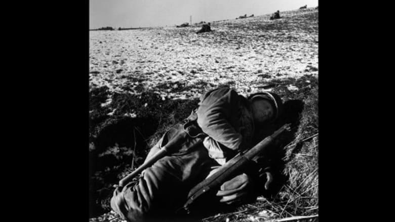 """جندي أمريكي يأخذ قسطا من الراحة في خندقه، وكان يعرف حينها بـ""""حفرة الثعلب"""" أثناء المعارك"""