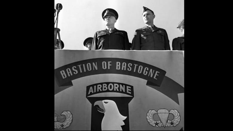 القائد الأعلى لقوات التحالف، الجنرال الأمريكي، دوايت أيزنهاور، يتحدث في الفرقة الأمريكية 101 المحمولة جوا