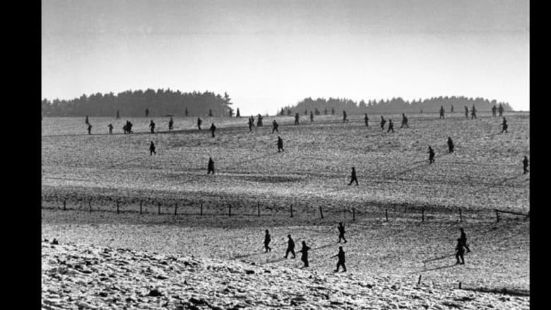 قوات أمريكية منتشرة في حقل أثناء المعارك وتمكنت خلالها قوات التحالف من دحر هجوم واسع للقوات الألمانية