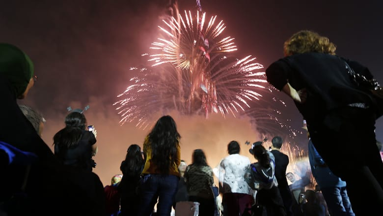 زوار دبي حضروا من كل مكان لمشاهدة الألعاب النارية واحتفالات الإمارة برأس السنة الميلادية الجديدة.
