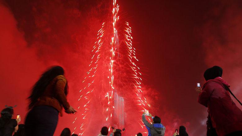 تجمع مئات الآلاف من الزوار حول برج خليفة لمتابعة الاحتفالات بمناسبة حلول سنة 2015.
