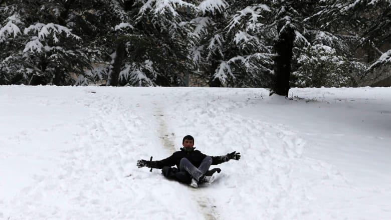 صبي يتزحلق على الثلج في حديقة بأنقرة