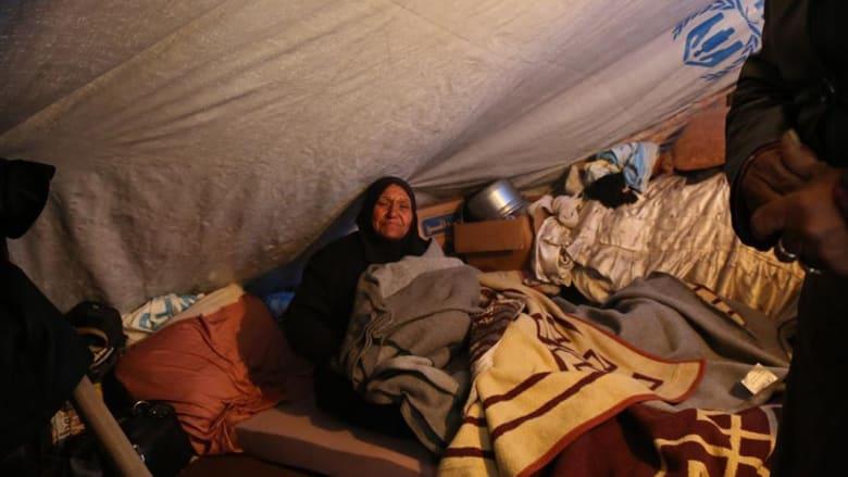 سوريون داخل خيمة للاجئين