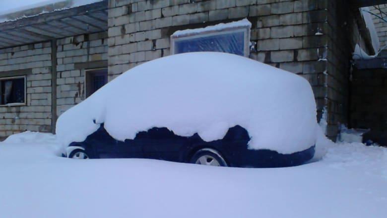 سيارة مغطاة بالثلج في لبنان