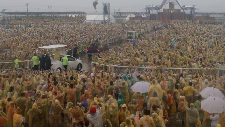 بالصور.. البابا فرانسيس بالفلبين تحت المطر وبطقس عاصف