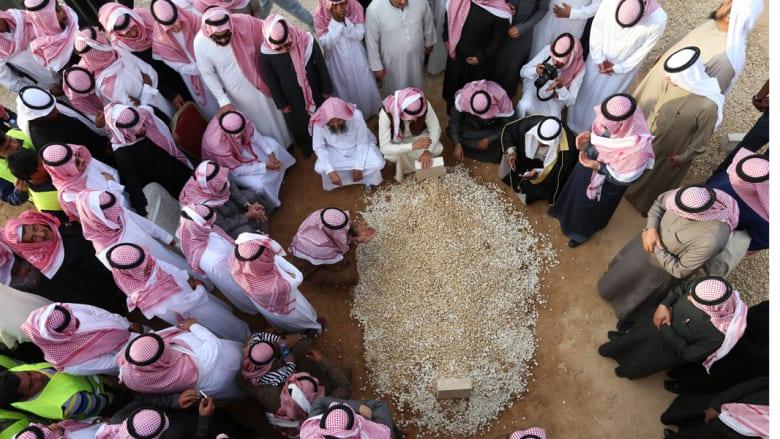 السعوديون يبايعون الملك سلمان والأميرين مقرن ومحمد بن نايف وتعليق المهرجانات والفعاليات السياحية