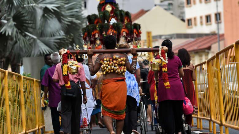 وآخر يحمل القرابين على ذات الشاكلة في طريقه إلى المعبد