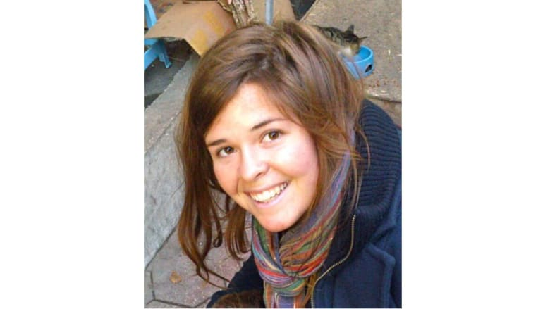 بالصور.. عاملة الإغاثة الأمريكية كايلا مولر التي زعم داعش أنها قُتلت بغارة أردنية