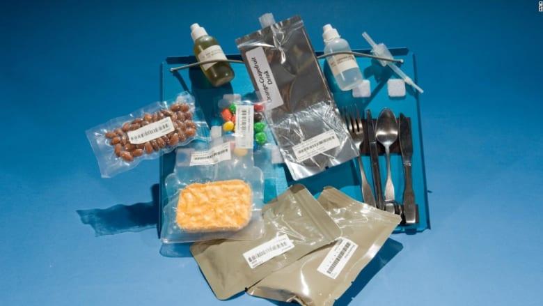بالصور..بودينغ شوكولاتة وكاري بالسمك..هل هذا ما يتناوله رواد الفضاء؟