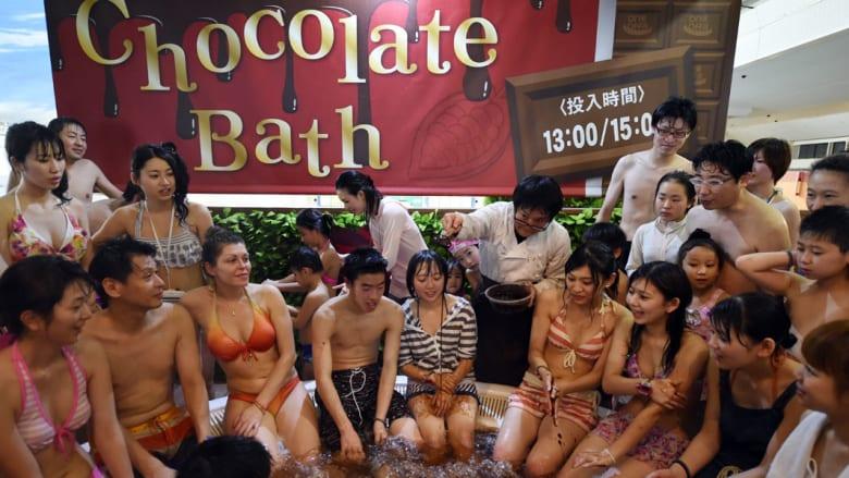 """زوار يستمتعون بحمام في """"سبا الشوكولاتة"""" في منتجع هاكون يونسن في مدينة هاكون"""