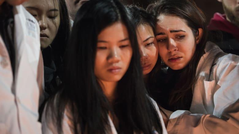 طلاب طب الأسنان خلال وقفة احتجاجية في جامعة كارولاينا الشمالية بعد مقتل ثلاثة من الطلاب المسلمين