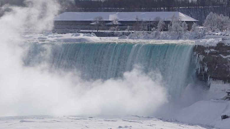 غطى الضباب الناجم عن المياه المتساقطة والبرودة المنطقة بأكملها