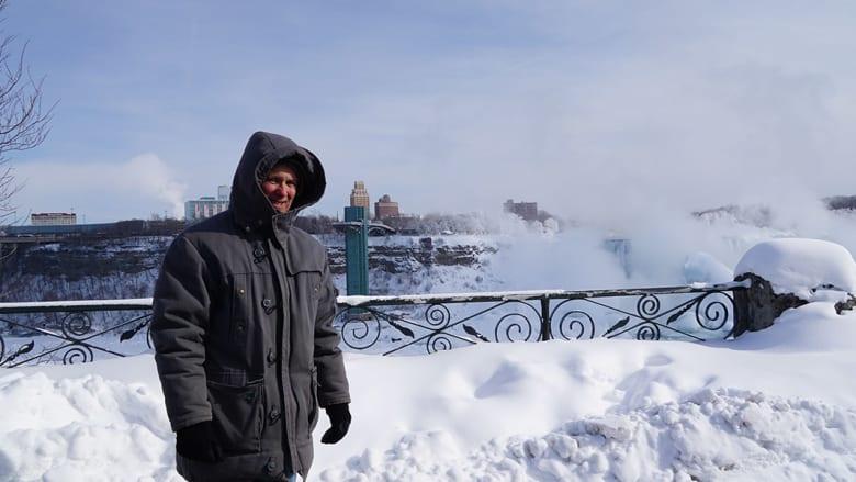 لم تمنع درجات الحرارة المنخفضة جدا الكثيرين من القدوم لزيارة الشلالات
