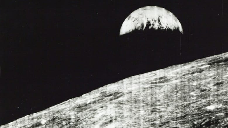 أول منظر للأرض من القمر التقطها صاروخ فضائي في أغسطس/آب  1966