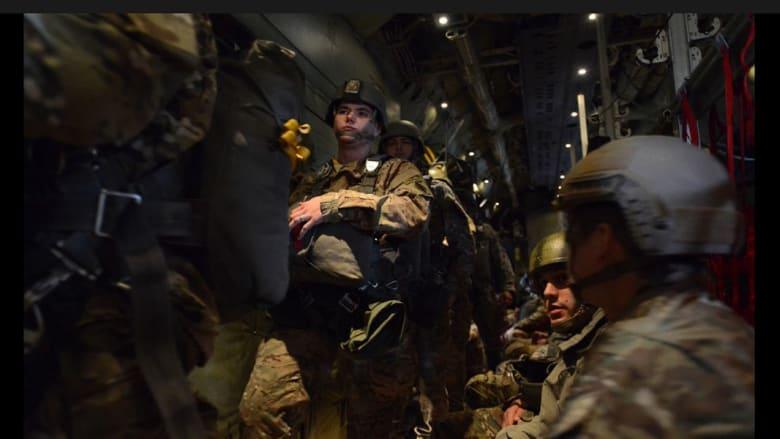 جنود من الكتيبة الأولى التابعة لمجموعة القوات الخاصة العاشرة، يستعدون للقفز بالمظلات