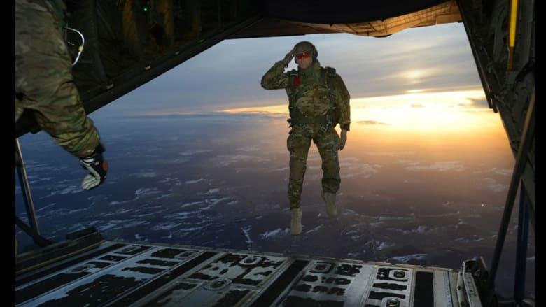 جندي يؤدي التحية العسكرية وهو يقفز من الطائرة