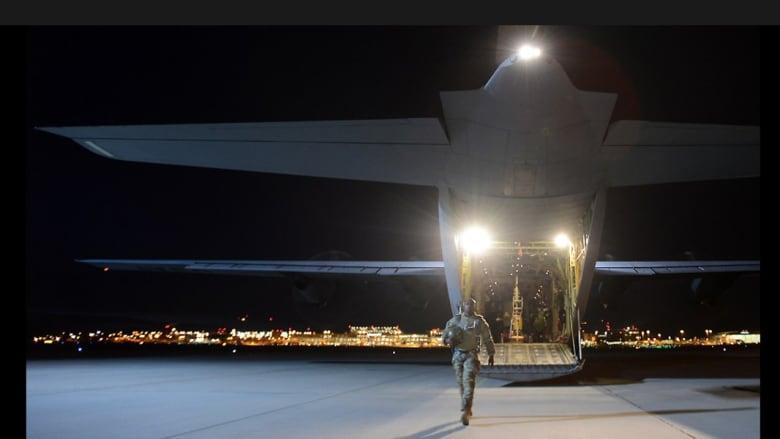 الطائرة العسكرية في قاعدة شتوغارت بألمانيا عقب تدريب القفز بالمظلات بمشاركة أكثر من 100 جندي أمريكي