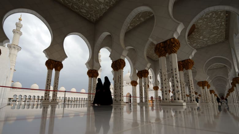 """بالصور: من """"مسجد زايد"""" إلى """"عالم فيراري"""".. أبوظبي تروج بألمانيا للسياحة الحلال"""