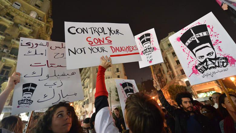 تنوعت الكتابات والشعارات التي تستخدمها الناشطات خلال المظاهرات ضد التحرش الجنسي
