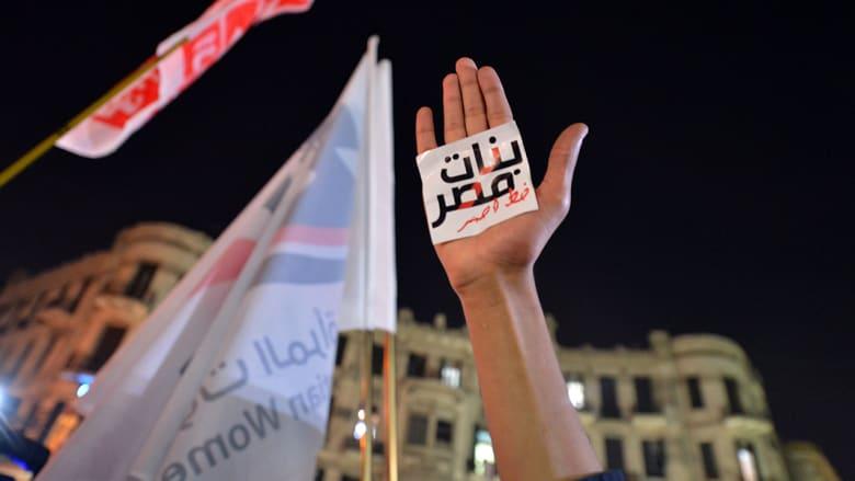 """فتاة ترفع يدها وقد ألصقت عليها عبارة """"بنات مصر خط أحمر"""""""