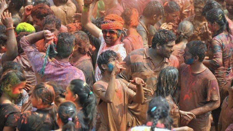 الهند تكتسي بالألوان.. والدعوات والطماطم !