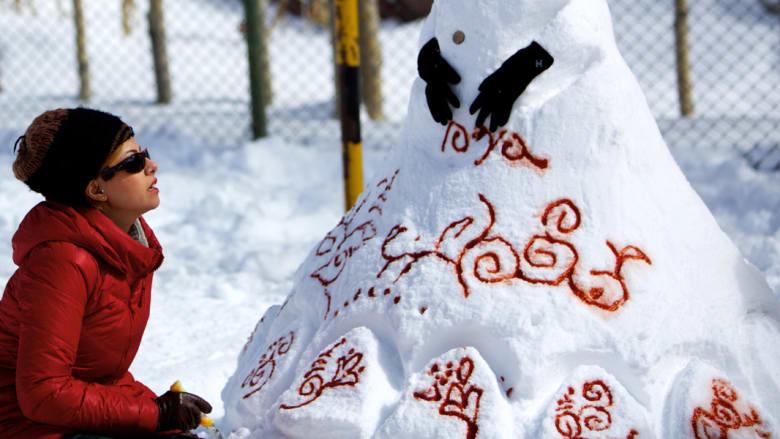 """إيرانية تعمل بتزيين """"امرأة الثلج"""" التي شكلتها"""