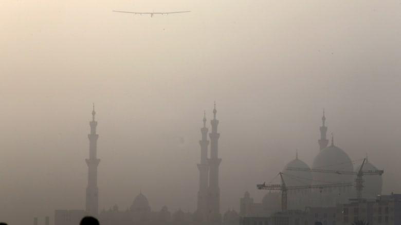 الطائرة تحلق فوق مسجد الشيخ زايد بعد إقلاعها من مطار البطين