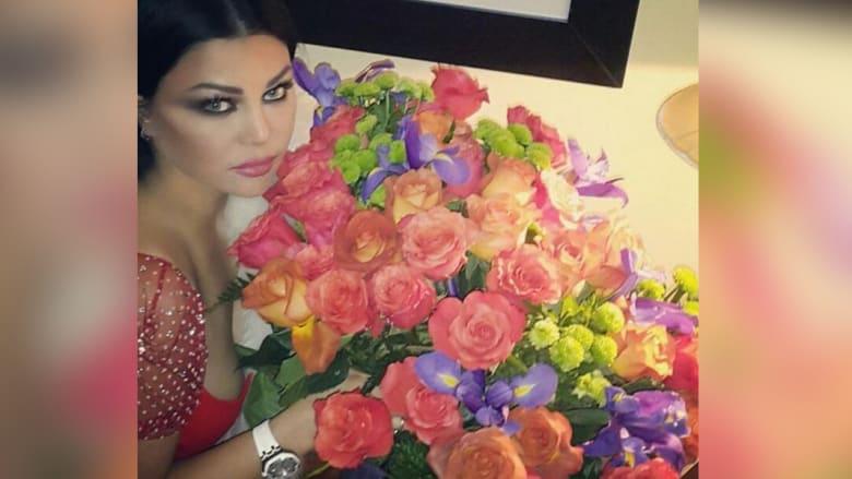 هيفاء وهبي وباقة كبيرة من الزهور