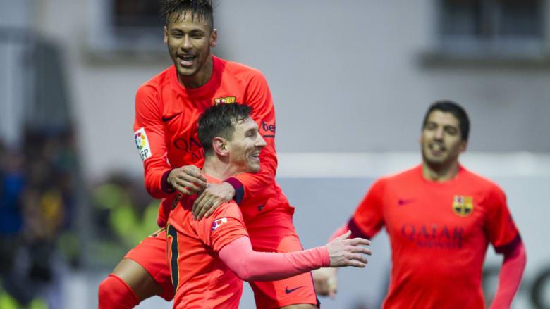 ليونيل ميسي يحتفل مع نيمار بعد تسجيله هدفا خلال الدوري الاسباني