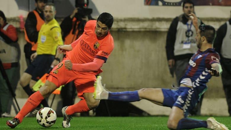 نجم برشلونة لويس سواريز يتنافس مع مدافع إيبار مانويل كاستيلانو