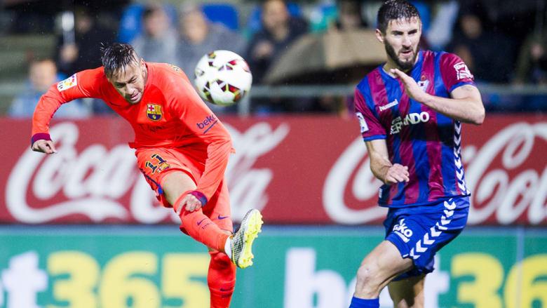 نيمار ينافس على الكرة في مباراة برشلونة وإيبار