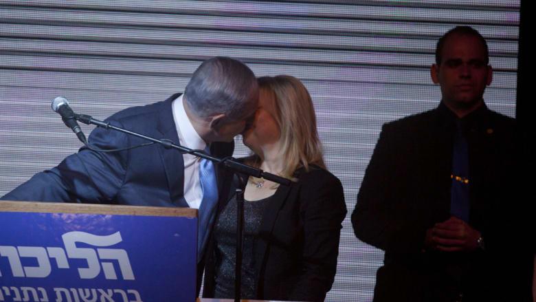 بالصور: نتنياهو يصطحب زوجته ويقبلها علنا ومغردون يذكرونها: أنت الزوجة الثالثة