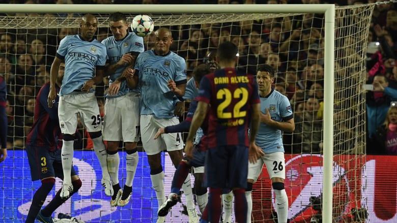 نجم برشلونة الأرجنتيني ليونيل ميسي يسدد الكرة خلال دوري أبطال أوروبا لكرة القدم