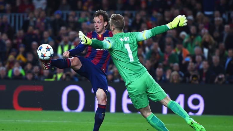 ايفان راكيتيتش من برشلونة يرفع الكرة من فوق جو هارت ليسجل الهدف الاول لبرشلونة ضد مانشستر سيتي